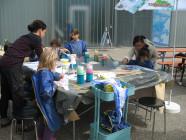 Kinder arbeiten draußen